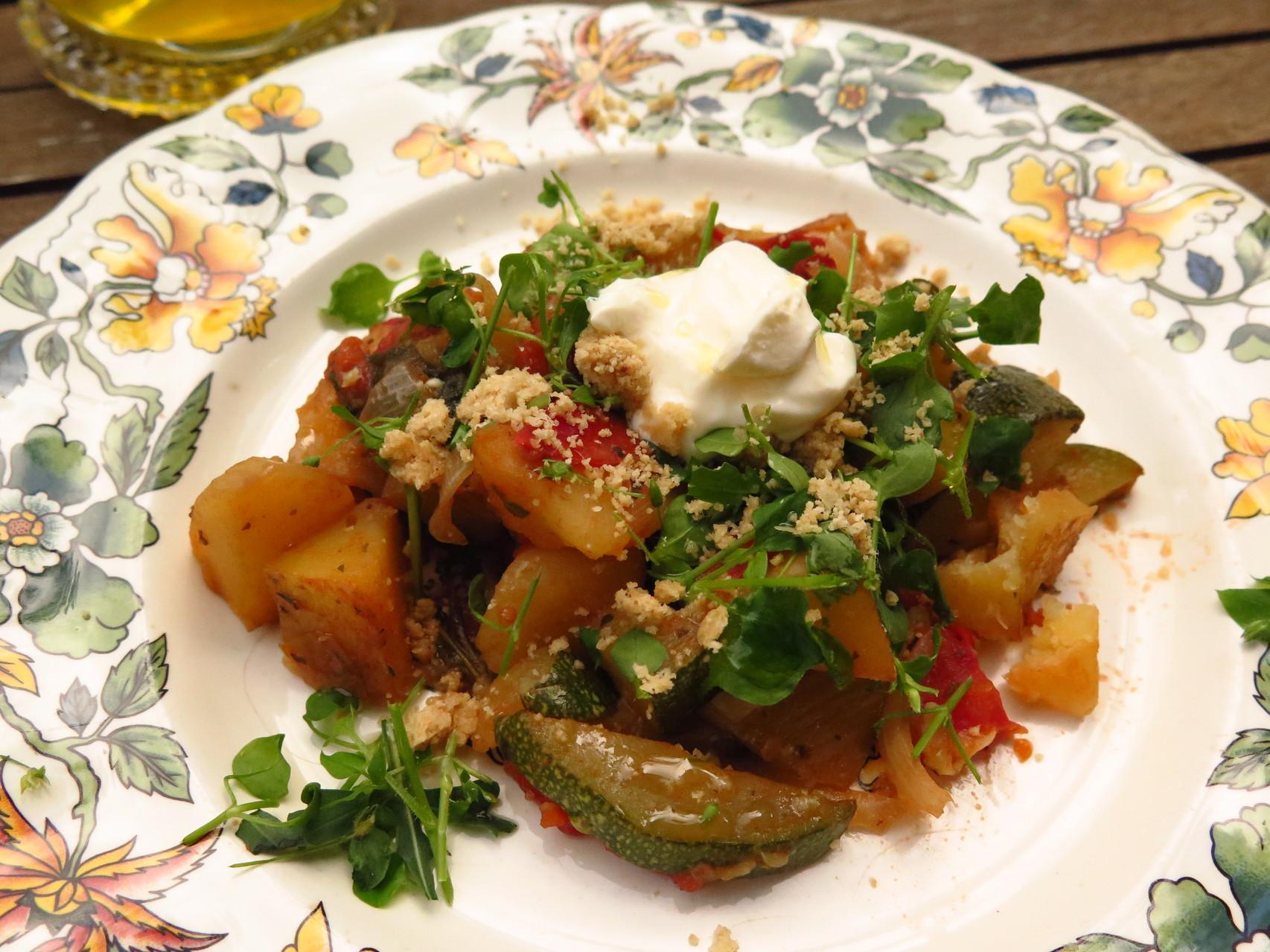 Gemüse-Kartoffel-Eintopf mit Wildkräutern, Crème Fraîche und Gomasio