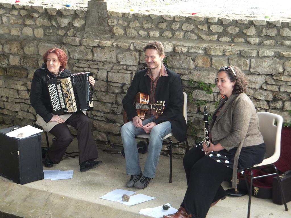Elise, Christelle et Luc, notre trio de musiciens, chanteurs qui nous ont enchantés !!!!