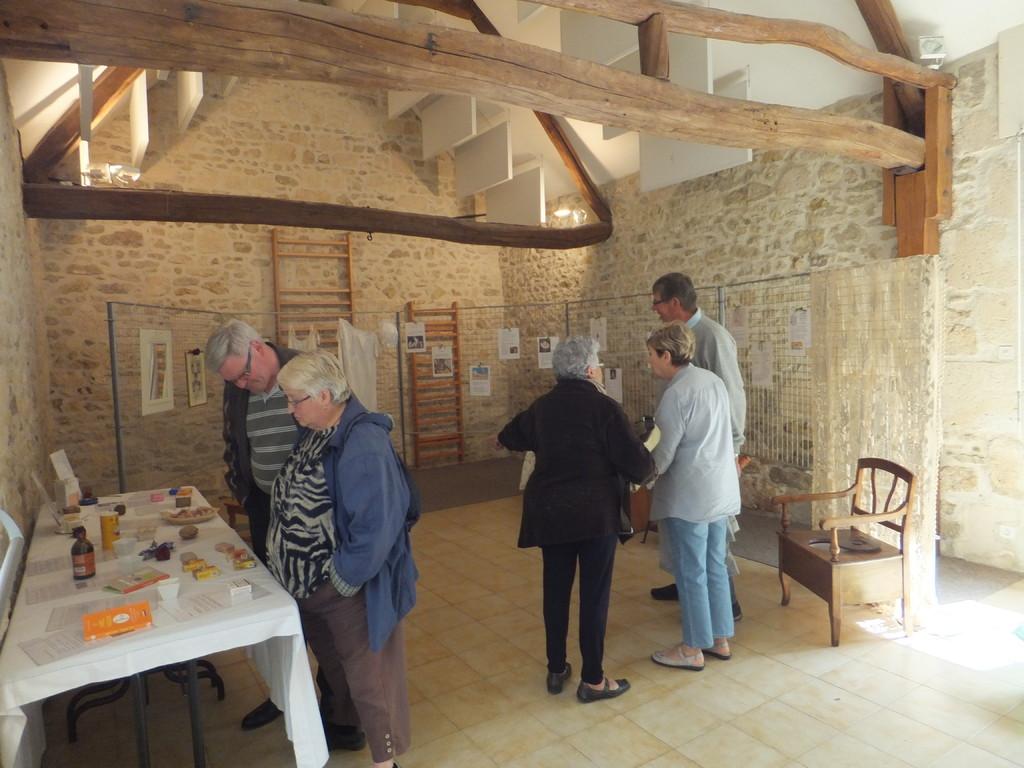 Mr Briatte, maire de Morienval , s'intéresse à notre expo sur les savons.....