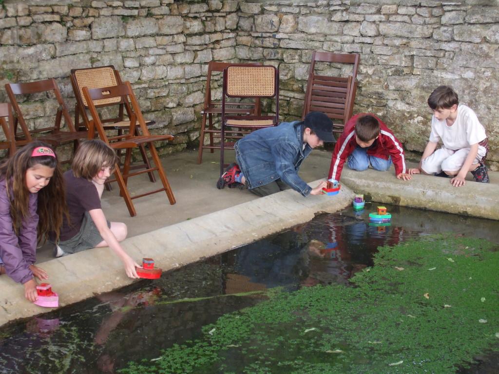 Les enfants mettent leurs bateaux à l'eau.....