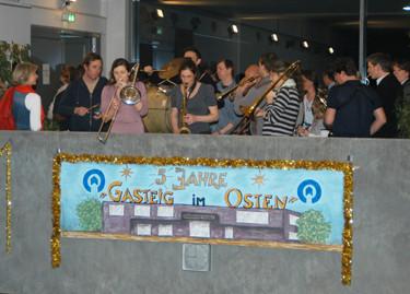 Express Brass Band führt Gäste musikalisch durch das Haus