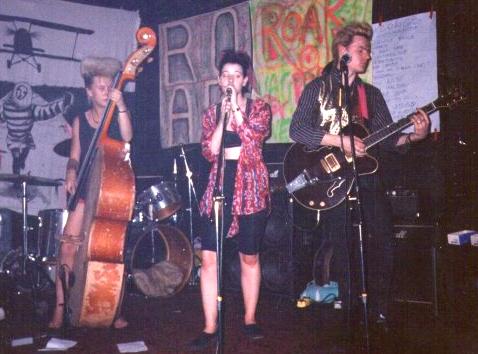 La banda de musica rockabilly, psycobilly Londinense llamado Something Shocking con il guitarrista Miki Pannell. Vanessa Emery cantante. Emma Goss bassista y Pete a la bateria.