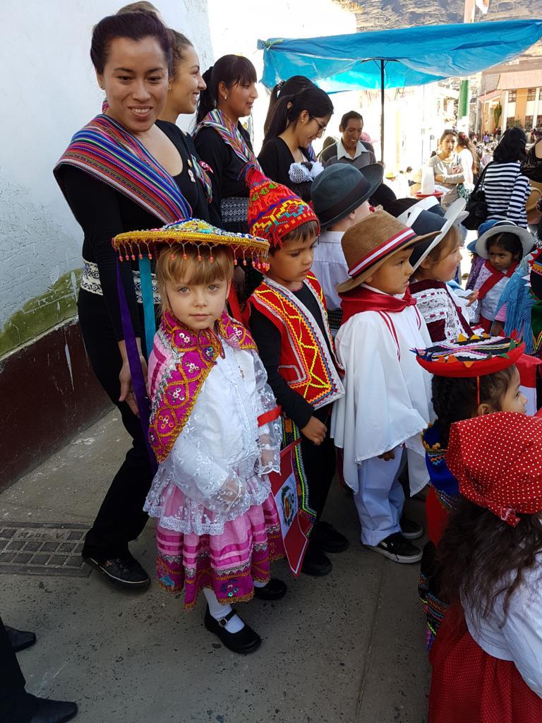Auch die Kindergartenkinder von Diospi Suyana haben sich in Schale geschmissen.