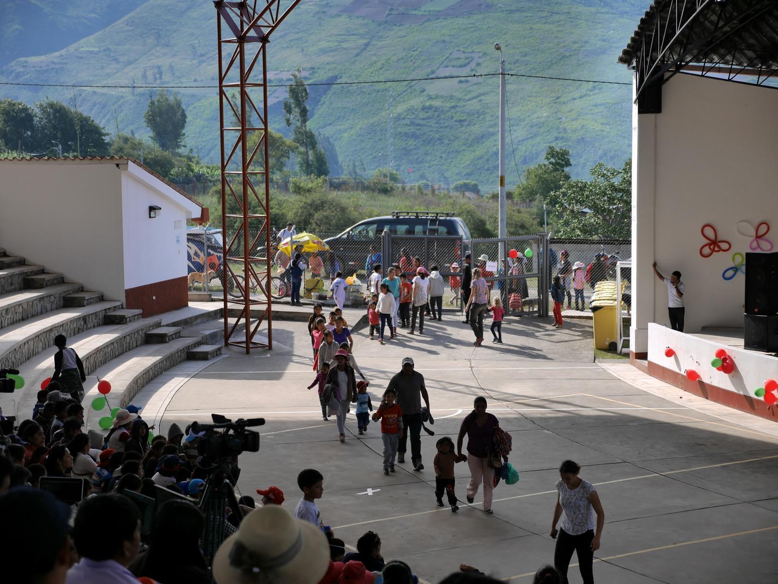 Am Nachmittag kommen die Kinder in das Amphitheater von Diospi Suyana.