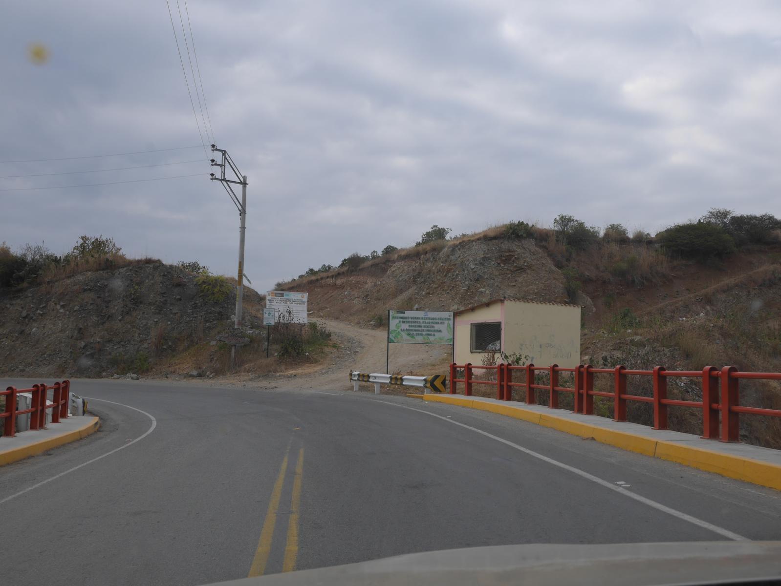 Am Ortsausgang geht es auf den die unbefestigte Nebenstraße.
