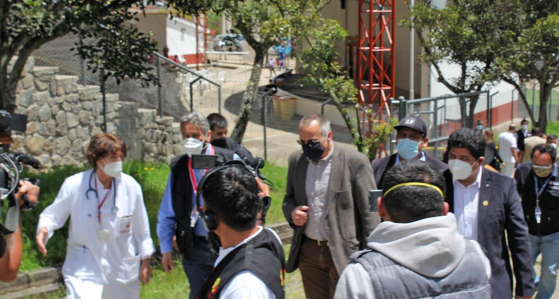 Wieder einmal kommt hoher Staatsbesuch zu Diopsi Suyana: Der Peruanische Präsident Sargasti auf Stipvisite im Krankenhaus. (Quelle: Klaus John)