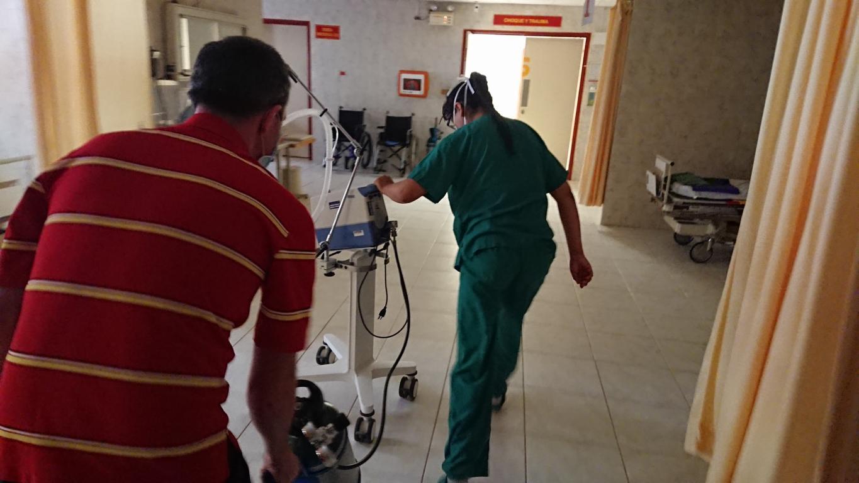 Im Eilschritt: Das mobile Beatmungsgerät von der Intensivstation wird in den CT-Raum geschoben.