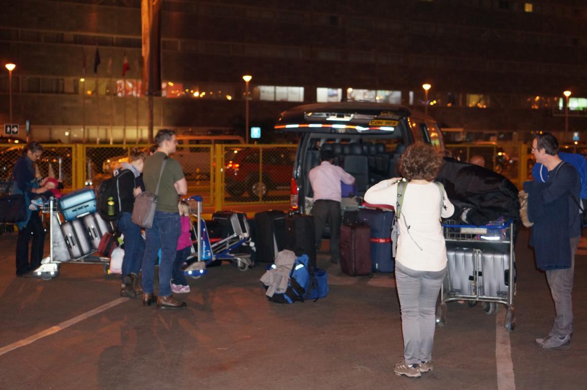 Ob das ganze Gepäck wohl in einen kleinen Bus passt? Und 12 Leute plus Fahrer noch dazu?