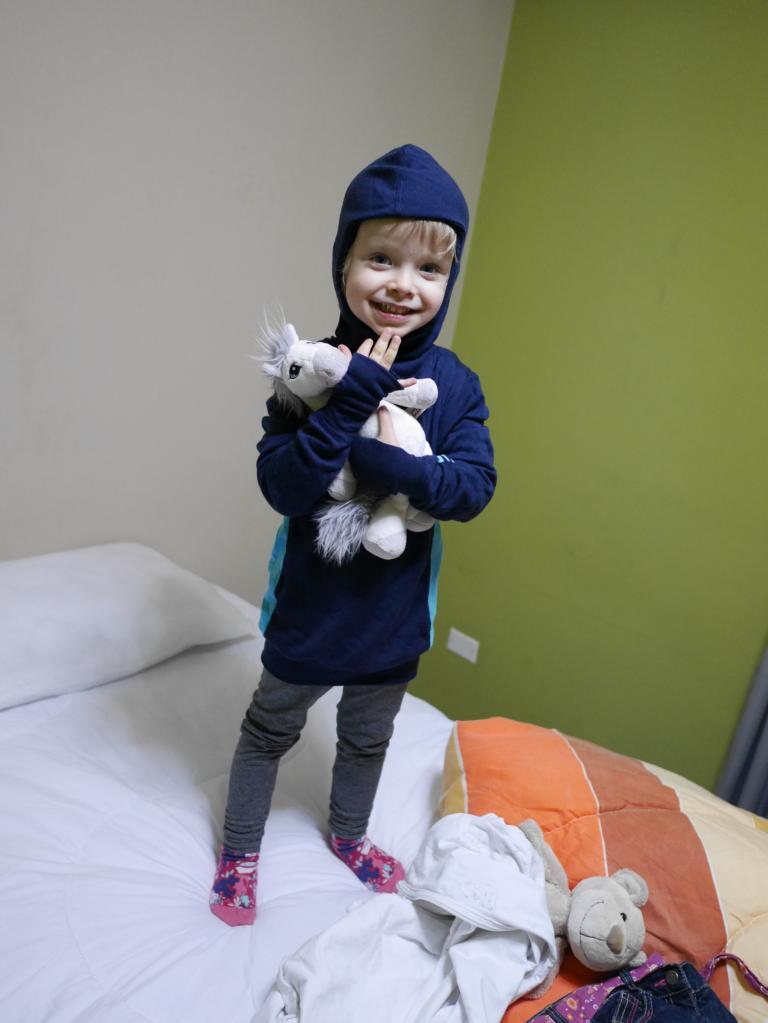 Johanna wird warm eingepackt gegen die Kälte.