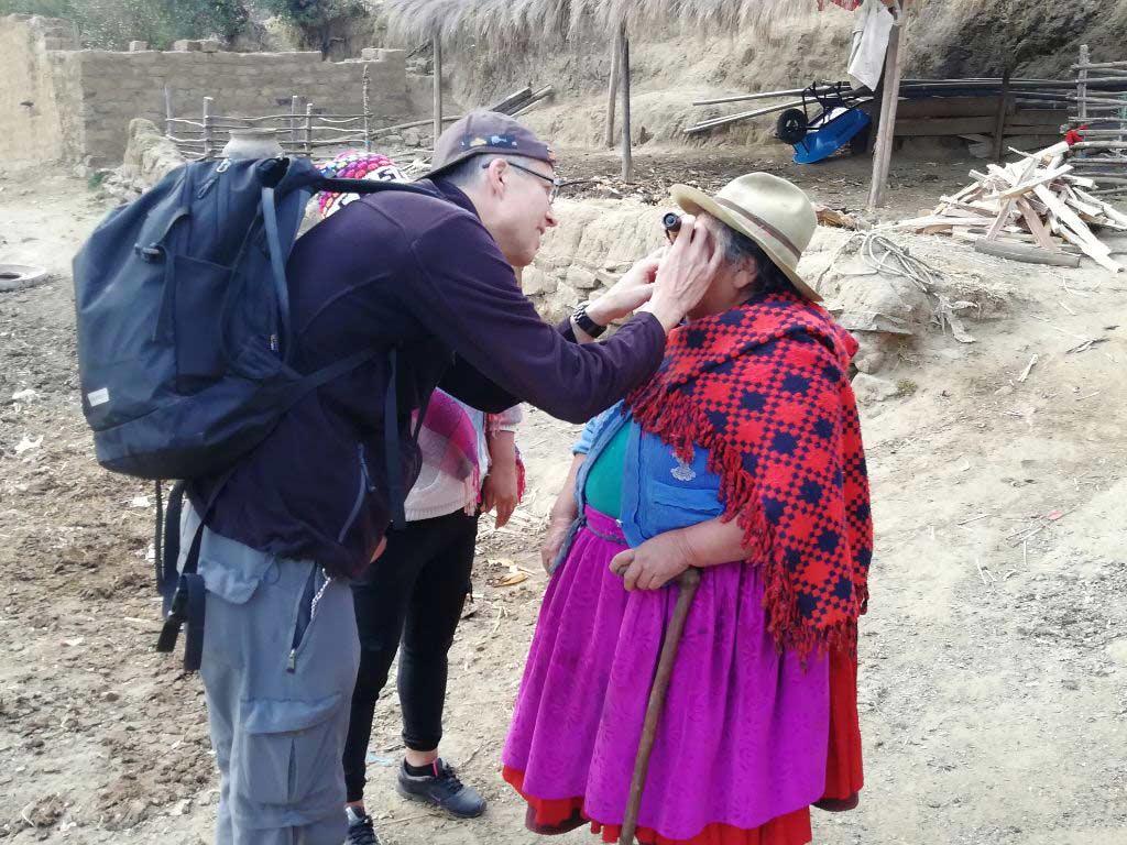 Diese Quechua-Frau hat es nicht mehr rechtzeitig in eine Augenklinik geschafft. Vor Jahren bereits ist sie erblindet und Werner berät sie.