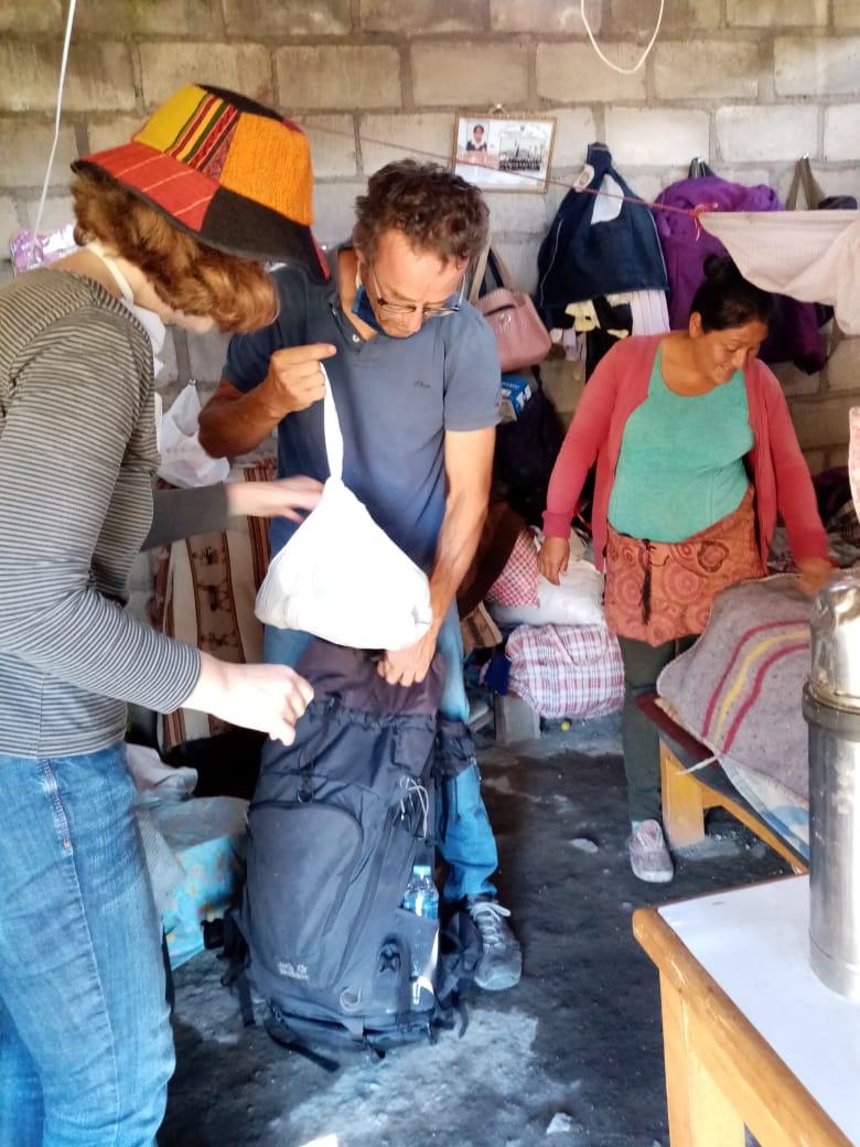 Beim Auspacken der Lebensmittel. Die Familie hat eine 1-Raum-Ziegelhütte. Drei der Kinder wohnen noch bei der Familie in dem Haus, und teilen sich mit den Eltern zusammen zwei Betten.
