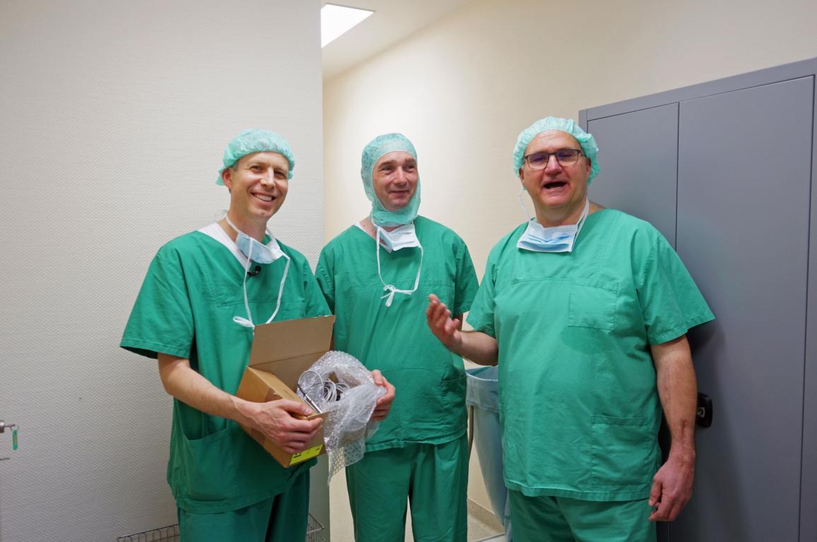 Nov ´17. Von li nach re: Werner erhält von Herrn Matuschek von der Firma Ruck eine Instrumentenspende für die Katarakt-Operation. Diese Spende hat Dr. Schwarz, ganz rechts im Bild, eingefädelt und selbst die dazu passende Operationsmaschine gespendet.