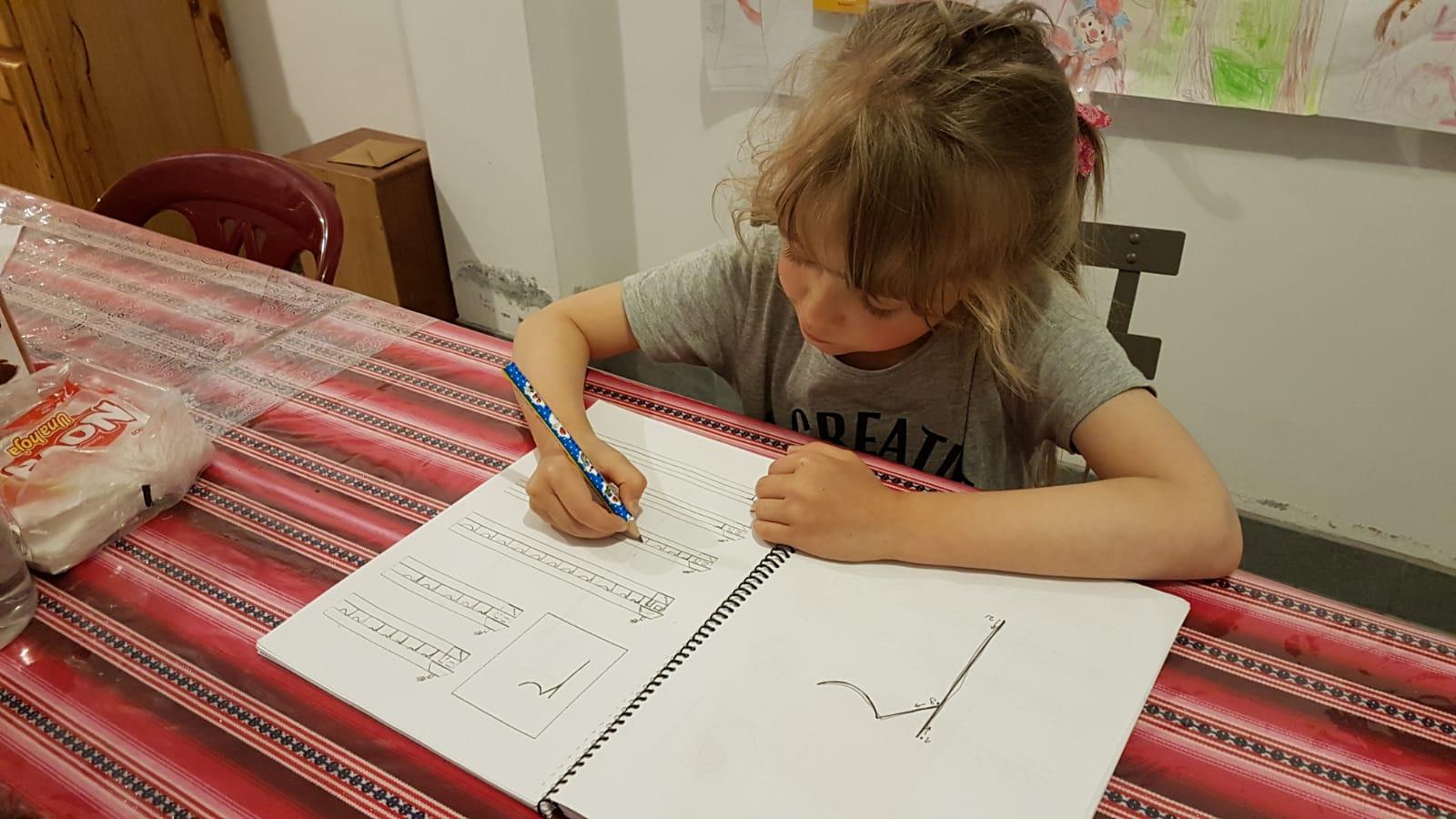 Buchstaben in Schreibschrift werden geübt.