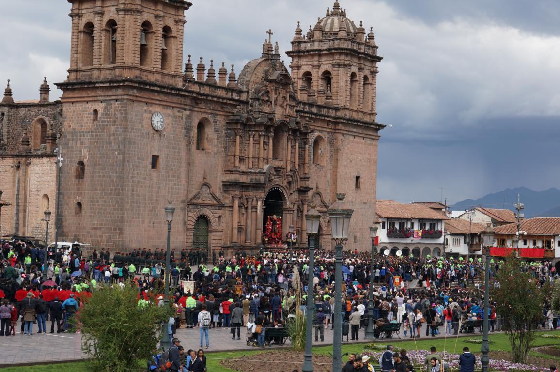 Die Statue des Gekreuzigten wird aus der Kathedrale getragen.