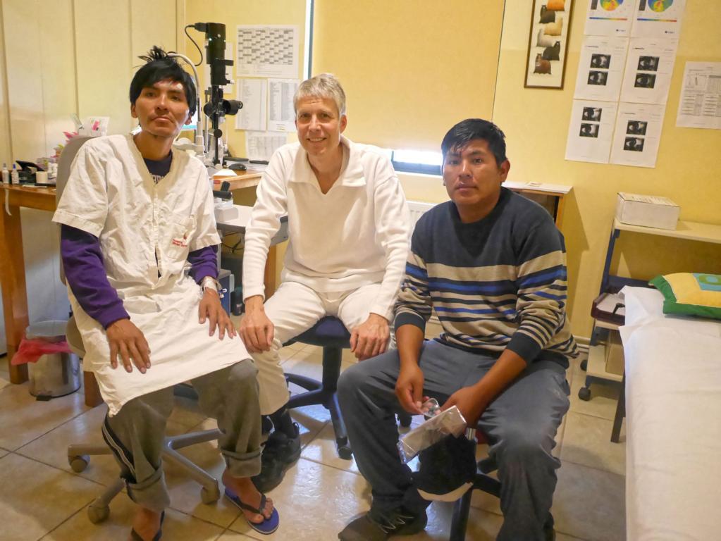 Am Tag nach der Operation: Werner bei der Nachuntersuchung des jungen Mannes. Der beidseits erblindete Patient erkennt erstmals, wer ihn operiert hat. Seine Erleichterung ist groß - er kann sofort wieder lesen. Gott sei Dank.