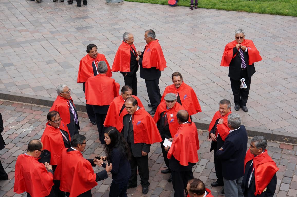 Mitglieder einer Bruderschaft (Hermandad del Sr. de los templores) bereiten sich auf die Prozession vor.