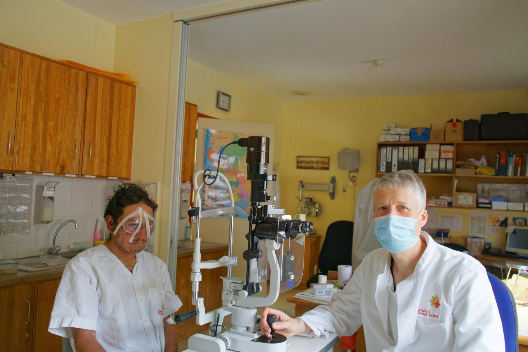 Werner muss beide Augen operieren. Karsamstag um 5 Uhr morgens endet die OP und die Nacht.  Am nächsten Tag. Auf dem Weg der Besserung Das Augenlicht ist gerettet.