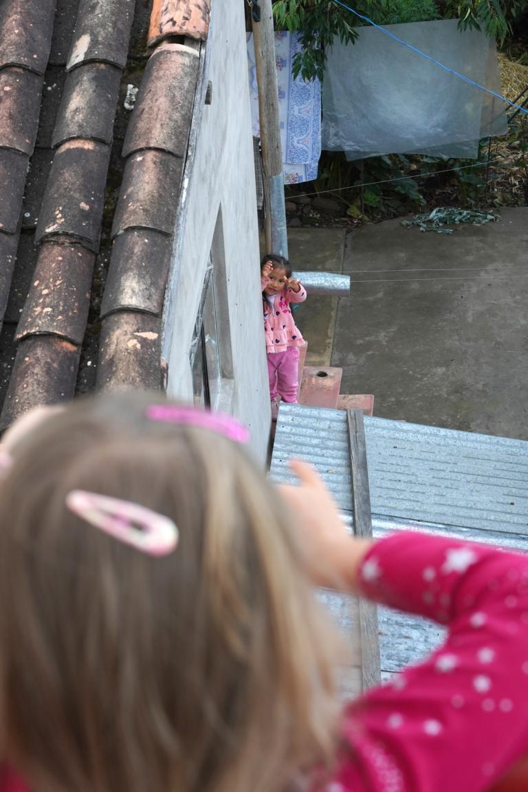 Über Mauern hinweg: Vom Dach kann Johanna mit ihrer Freundin Mikal von nebenan sprechen.