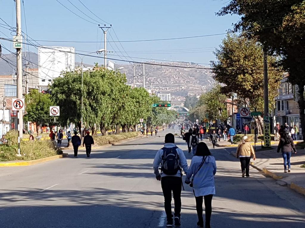 So haben wir sie vorher nie gesehen: Die große Straße durch Cusco komplett ohne Autos.