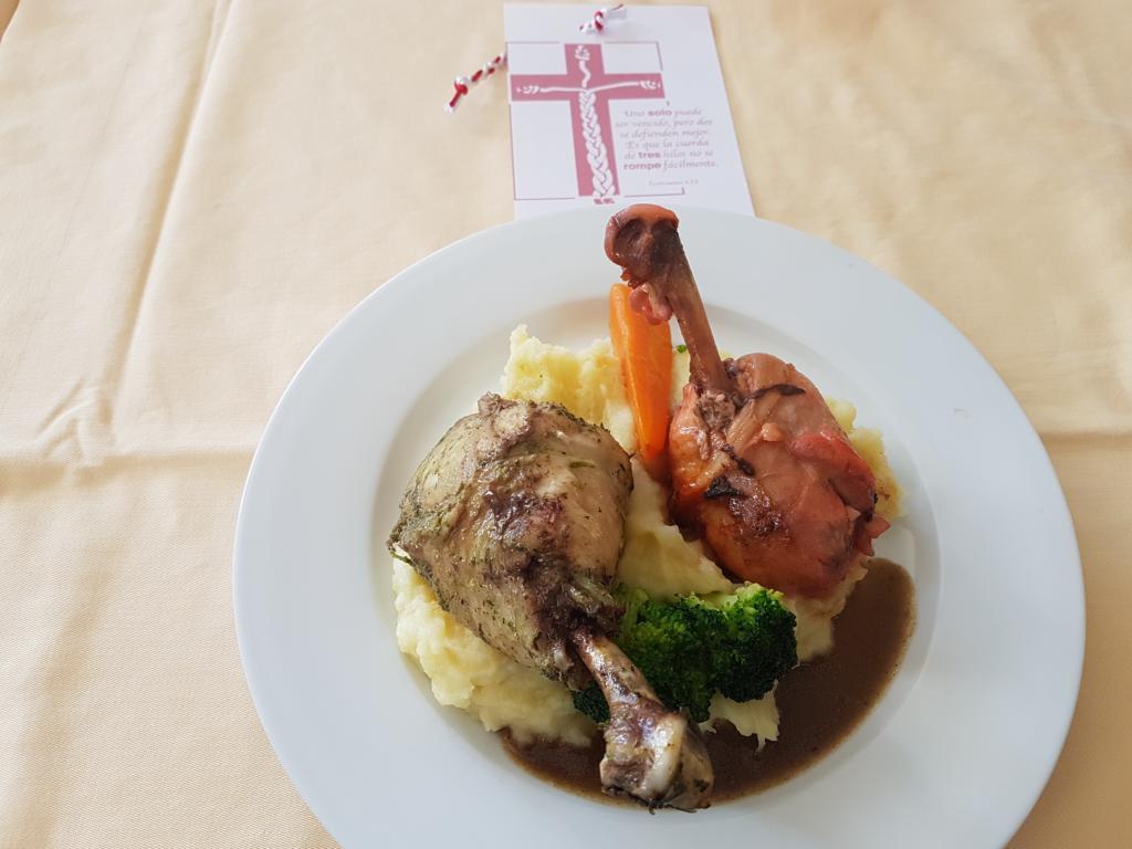 Zwei deutsche Köche verwöhnten die Teilnehmer und die Mitarbeiter mit diesem leckeren Essen!!! Auf dem Lesezeichen oben im Bild die dreifache Schnur aus Prediger 4,12.