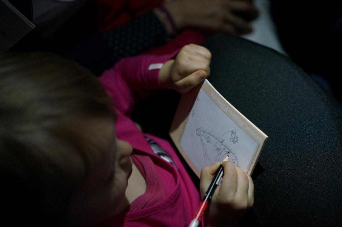 Mit Stift und Papier vergeht die Zeit wie im Flug.
