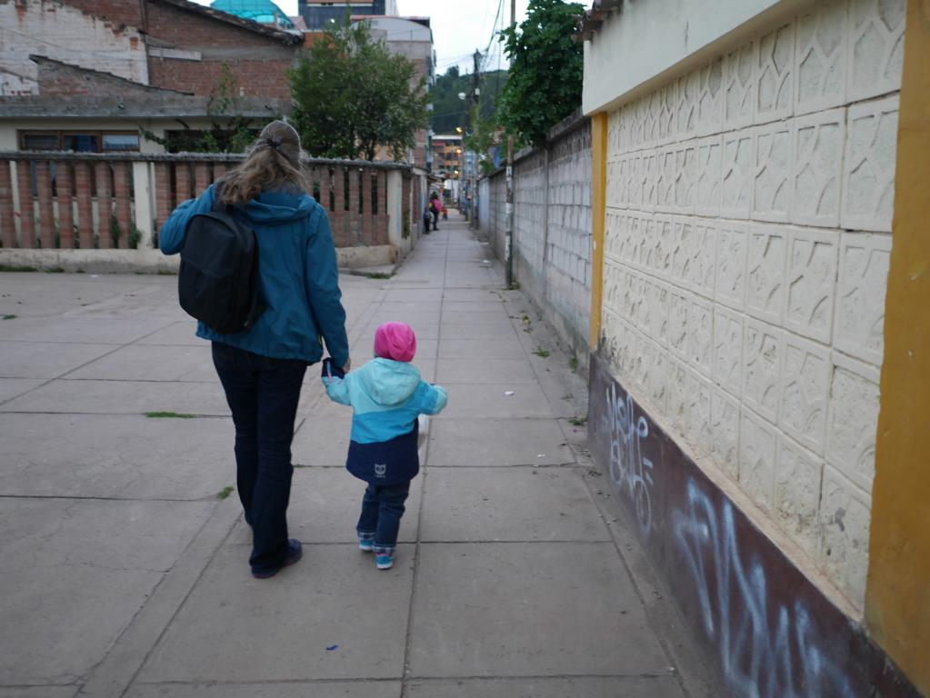 Auf dem Nachhauseweg, in dieser kleinen Gasse treffen wir Sonjas Sitznachberin vom Flug Lima --> Cuzco.