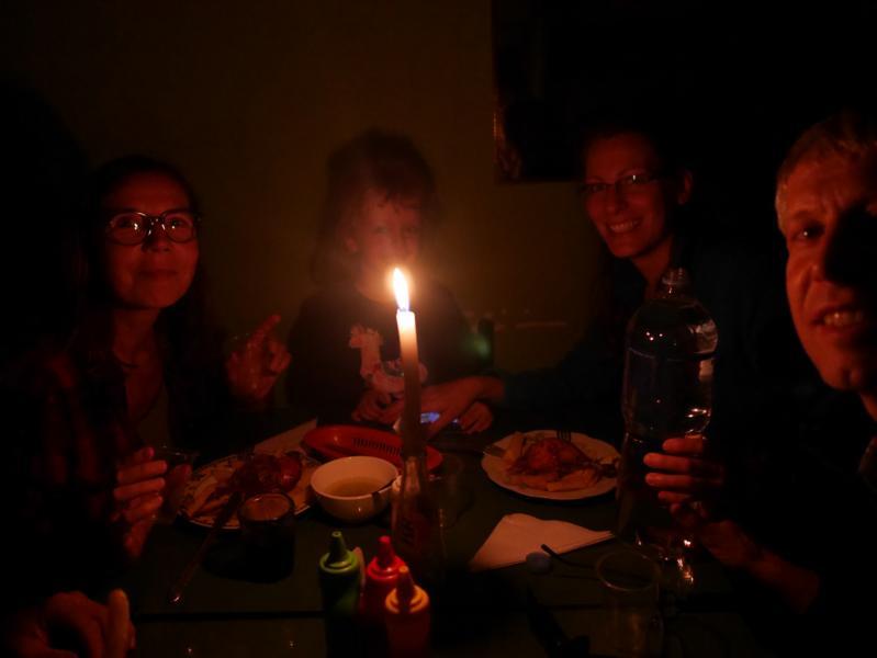 Abendessen beim Kerzenschein in einer Polleria mit unserem Besuch, einem Fernsehteam aus Deutschland. Es dreht gerade für eine Reportage über unseren Einsatz bei Diospi Suyana.