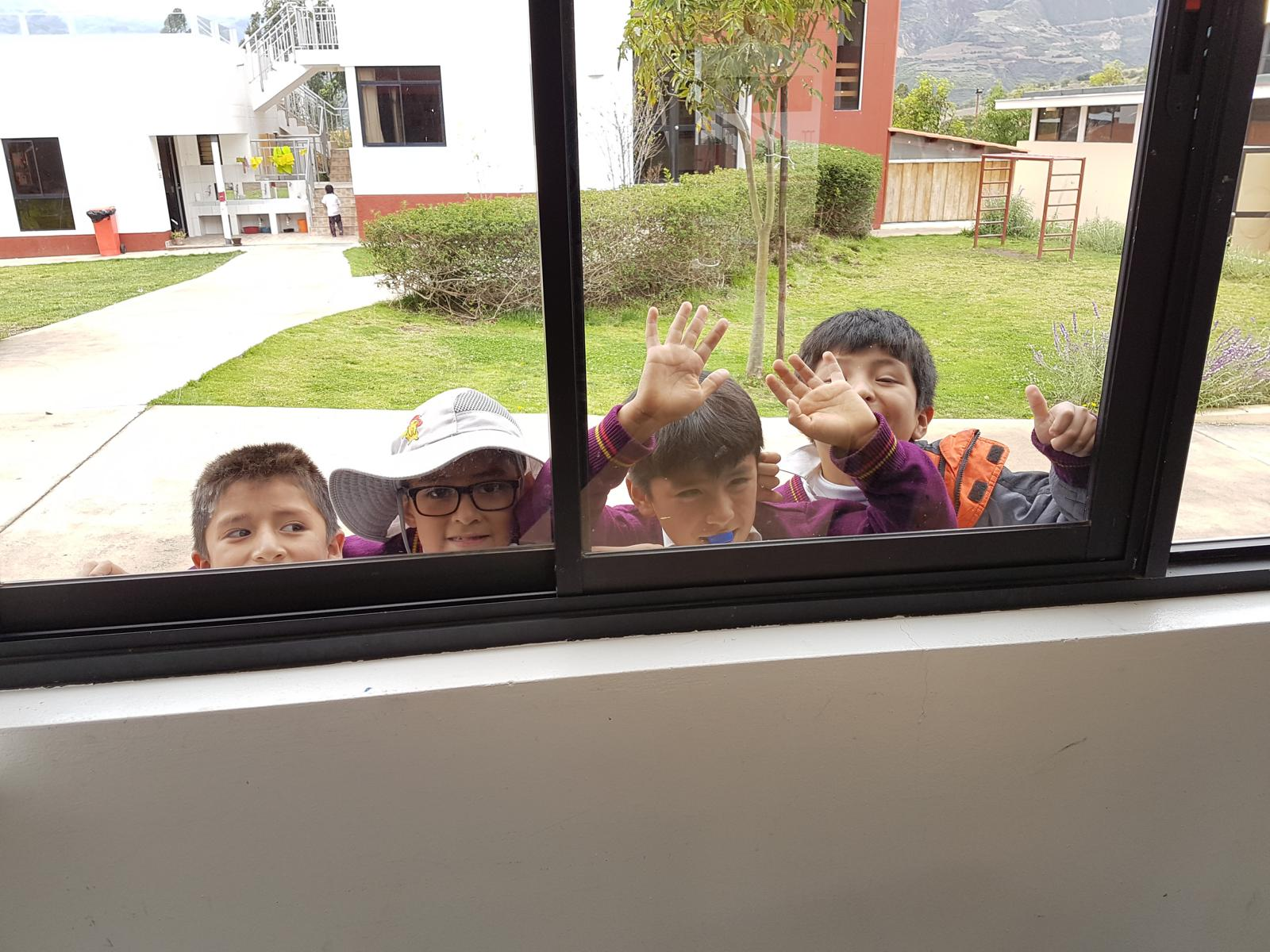 Schaulustige am Fenster.