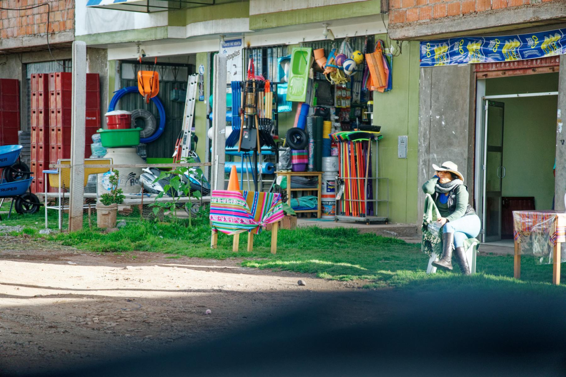 An der Panamericana zwischen Lima und Cusco:  Neben dem Eisenwarenladen wird auf Kundschaft gewartet.