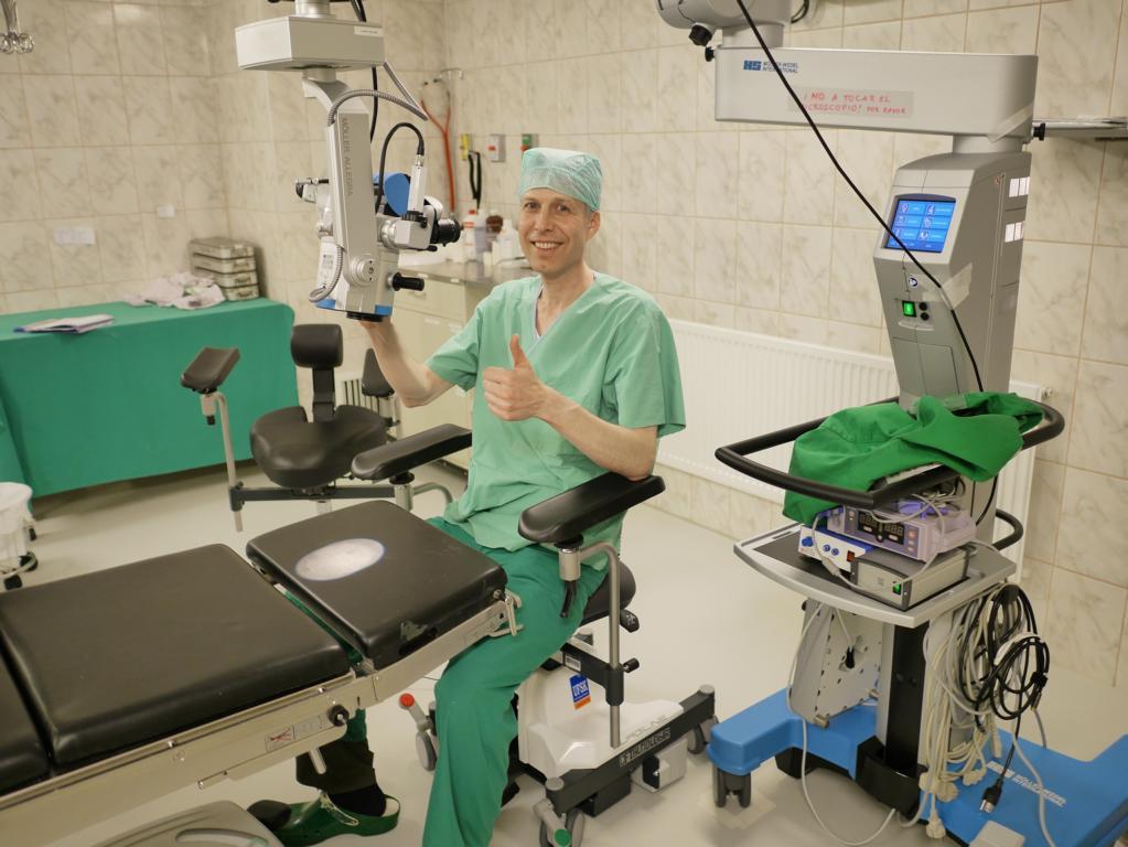 Auf dem neuen Operateurstuhl in der Augenklinik.