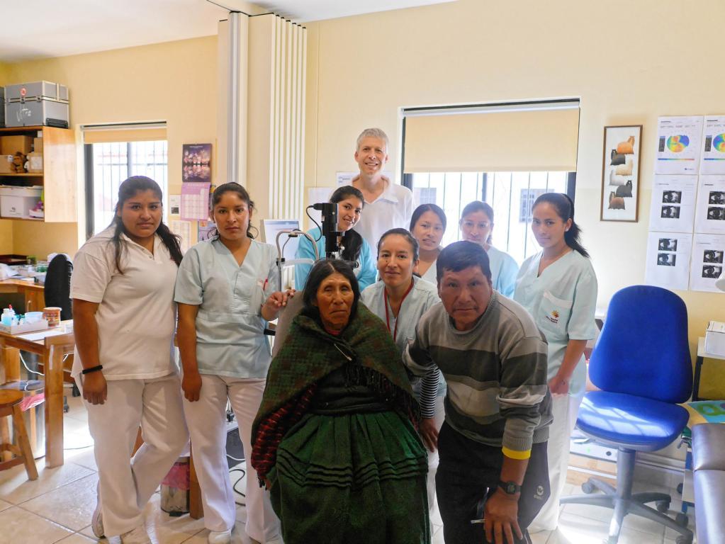 Die 6. Patientin, 75 Jahre alt, kam auch noch dran. Bald geht's für sie und die Söhne wieder Hause. Im Bild ist das Team der Augenklinik nach einem erfolgreichem OP-Tag (nicht im Bild: Augenärztin Dr. Ursula Buck).