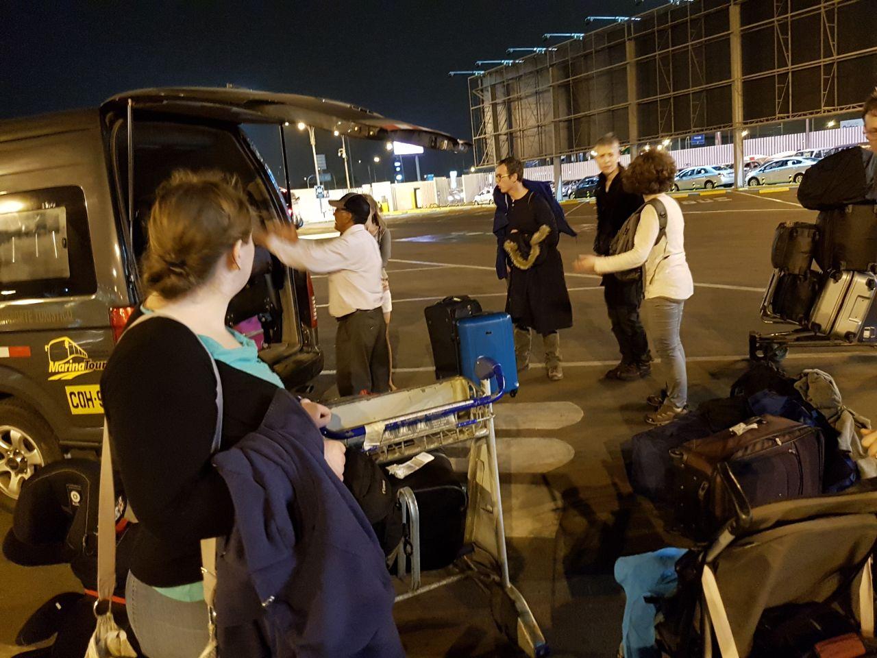 Beladen des Kleinbusses am Flughafen in Lima.