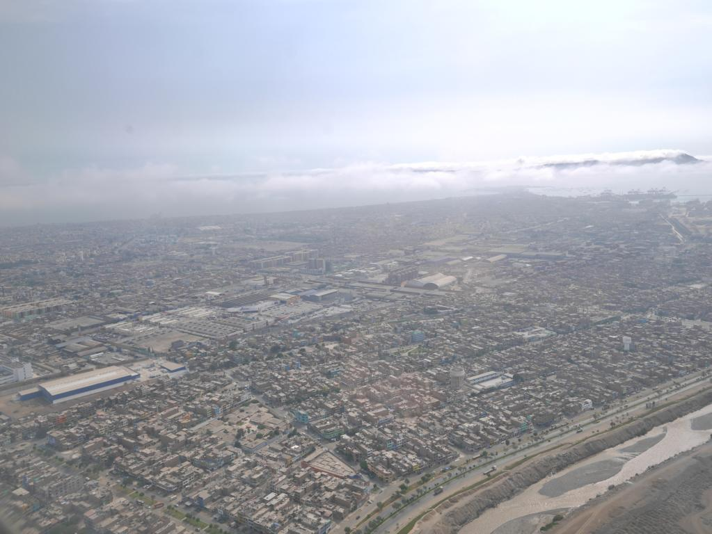 Zurück im Flieger nach Cusco. Blick über die Metropole Lima.