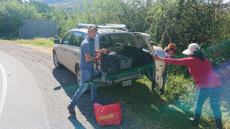 Ausladen der Lebensmittel, im Bild das Ehepaar Kügler und eine peruanische Krankenschwester, die für ihre Nachbarn auf Quechua übersetzen wird.