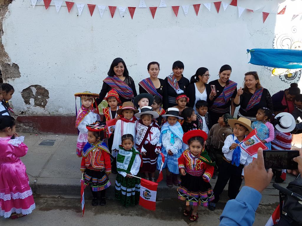 Im Rahmen der Feierlichkeiten zum Nationalfeiertag laufen die Bildungseinrichtungen von Curuahuasi auf dem Hauptplatz und zeigen so ihre Präsenz.