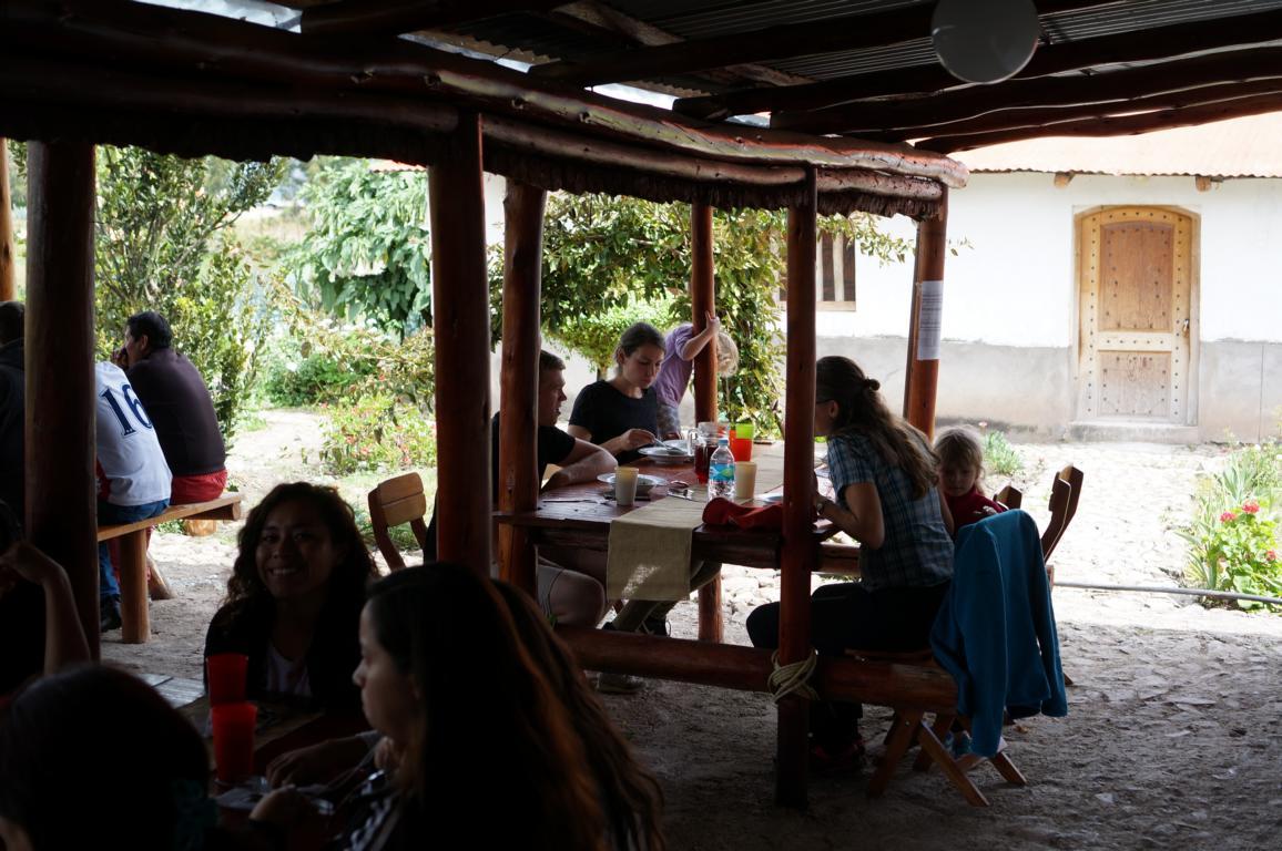 Lehrer mit Familien beim gemeinsamen Essen.