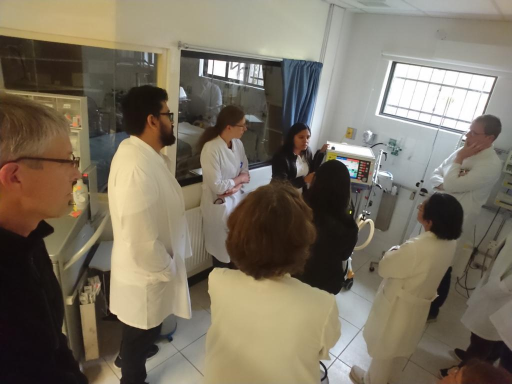 Dra. Leslie erklärt die Bedienung an den verschiedenen Beatmungsgeräten auf der Intensivstation.