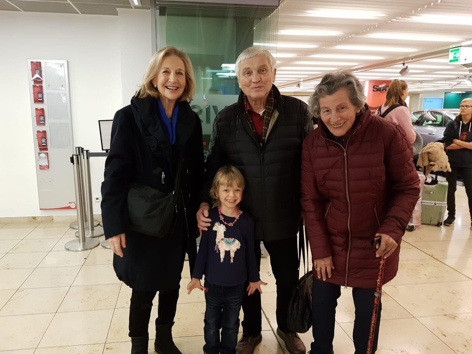 Herzliche Begrüßung in Frankfurt von unseren Eltern.