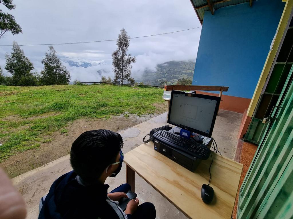 Schüler, die kein Internet haben, dürfen dort an einem PC oder einem dafür geliehenem Tablet an den digitalen Unterrichten (Zooms) teilnehmen.