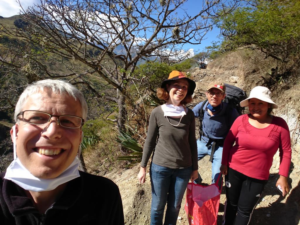 Die gut gelaunte Gruppe mit den Lebensmitteln im Anmarsch; den Mundschutz haben wir in der Hitze abgenommen. Er wird in Peru bei der Nutzung öffentlicher Wege vorgeschriebenen.