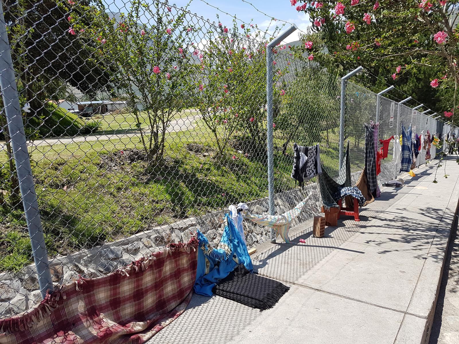 Hier wird sich in der Hitze der Platz in der Warteschlange für das Krankenhaus Diospi Suyana mit Decken und Kleidung gesichert.