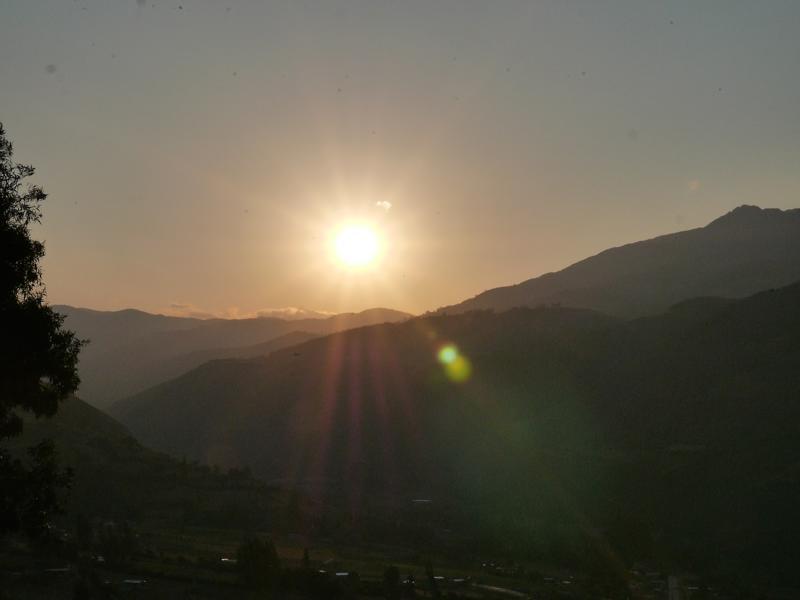 Sonnenuntergang in den Bergen, gleich wird es stockdunkel.