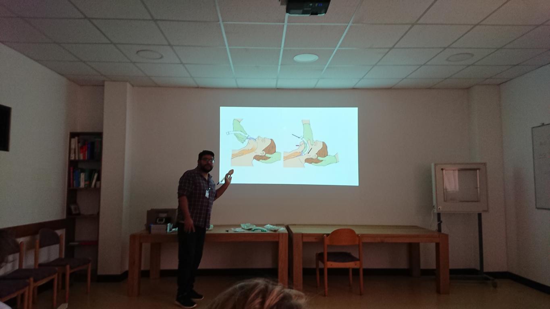 Dr. Victor erklärt das Beatmen mit einer Larynxmaske unter erschwerten Bedingungen, wenn die Intubation bei Covid-19-Patienten nicht möglich ist.