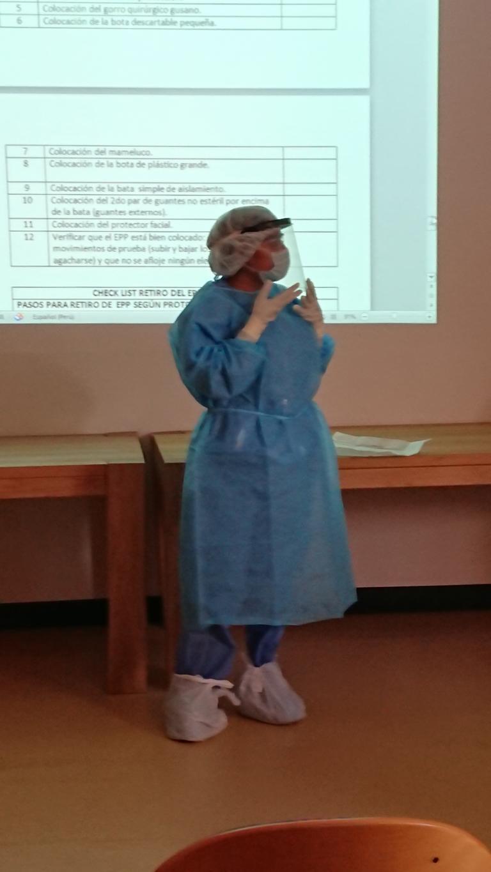 Schutz für das medizinische Personal: Das Anlegen der Schutzkleidung erklärt Dr. Leslie.