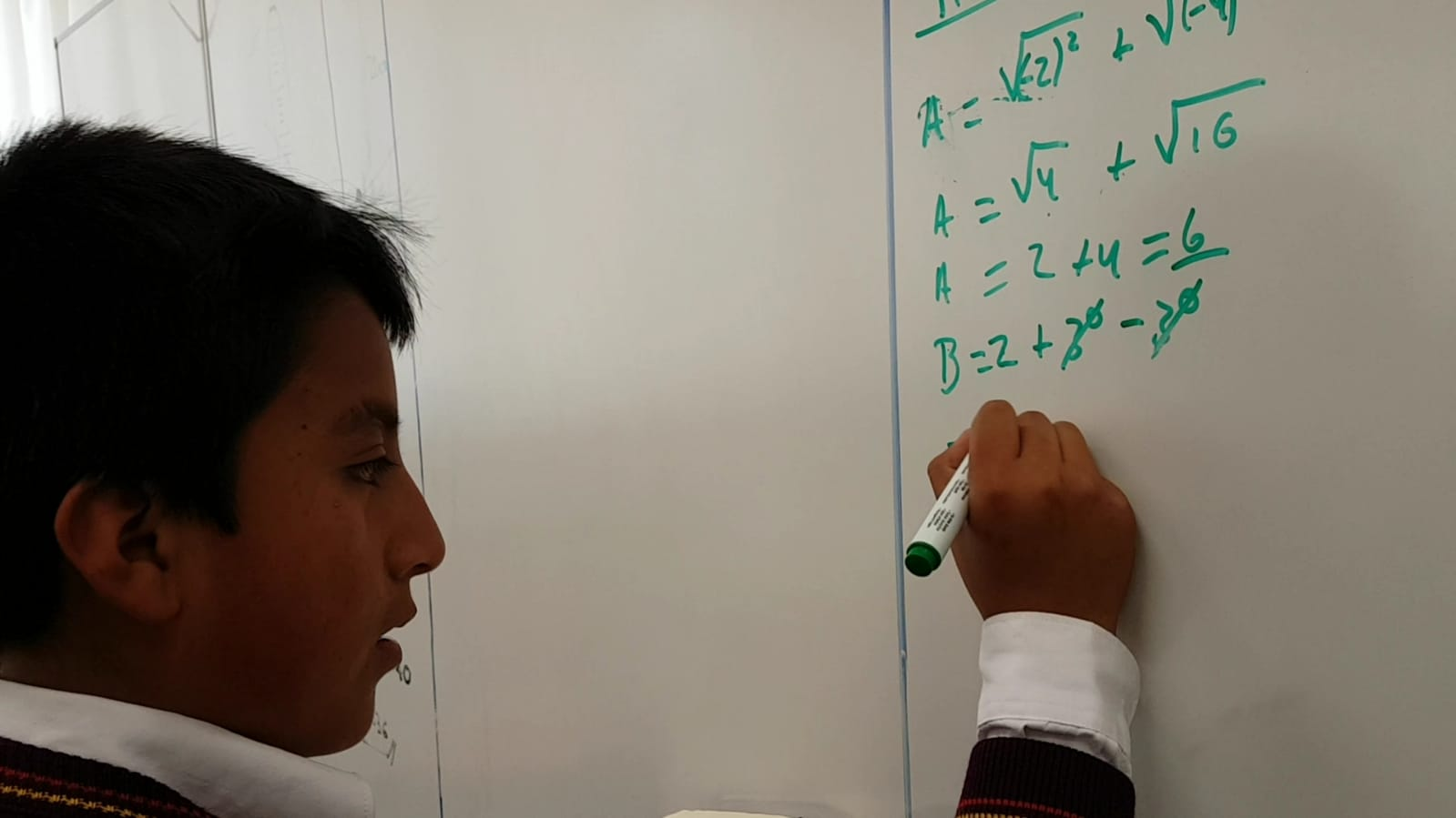 Konzentriert und am Versuchen seine Schritte laut zu erklären arbeitet sich dieser Schüler voran.