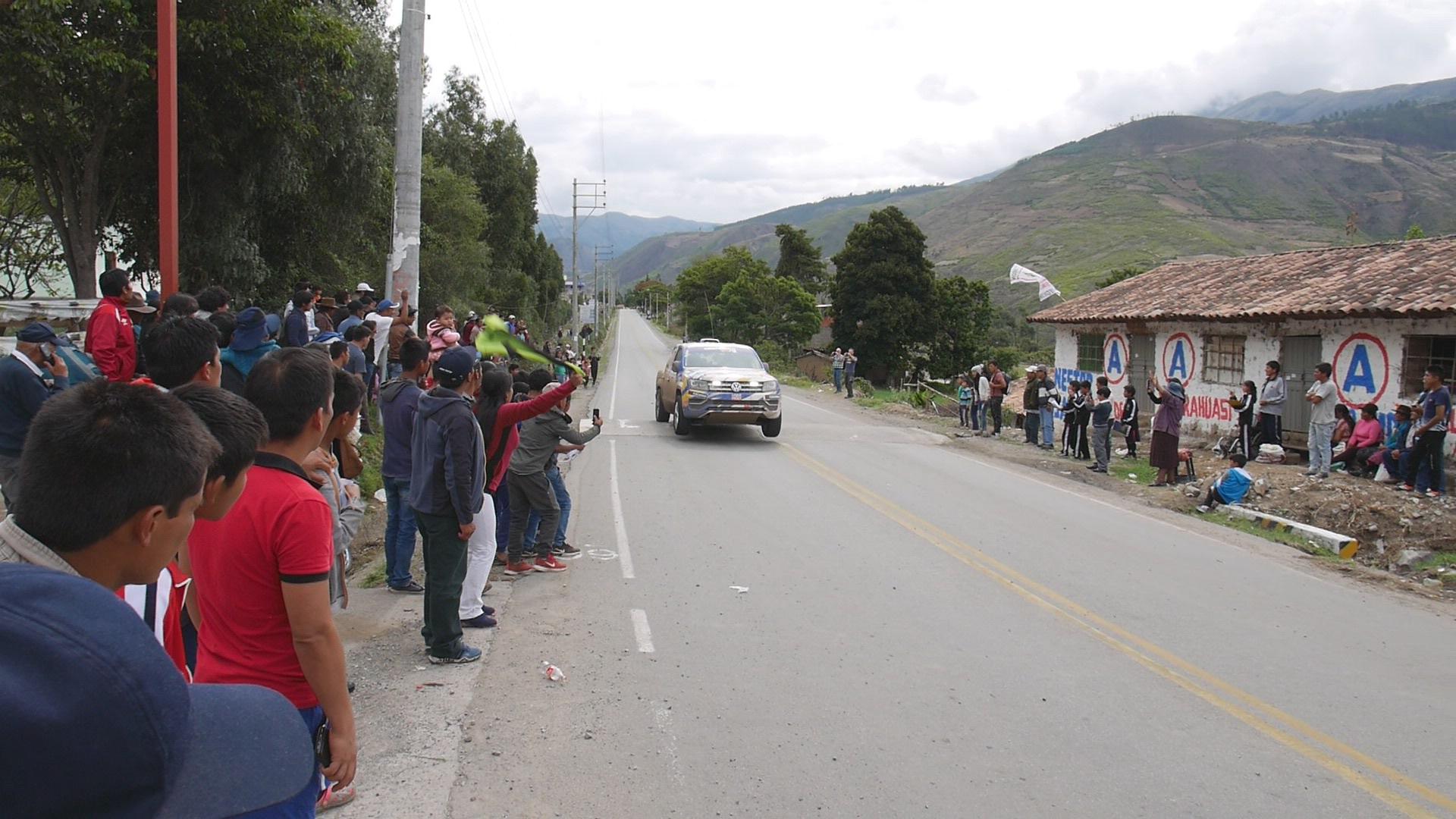Keiner ist Schneller: Das VW Rallye Team mit dem VW Amarok V6 beim Sprung über die Bodenwelle vor der Zufahrt zum Krankenhaus....