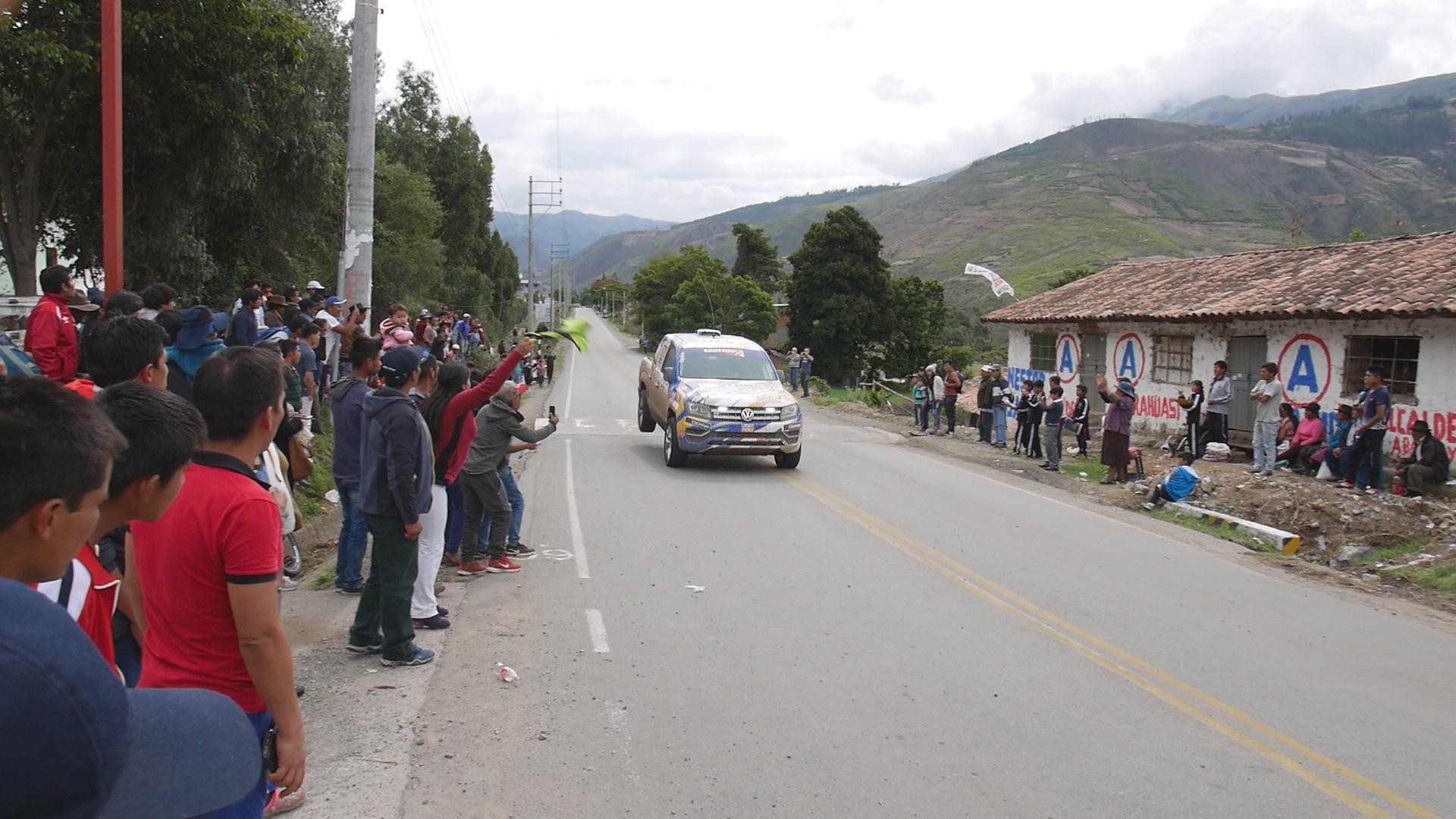 ... und bei der Landung. Das Team führt bei der 'Rally Caminos  del Inca' in der Kategorie 'Camionetas'.
