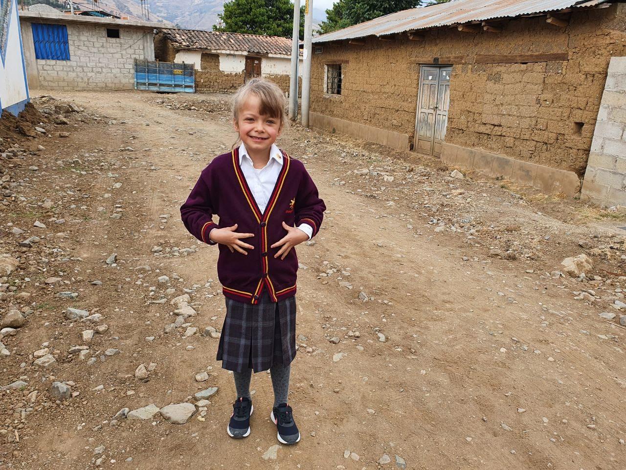 Sie ist mächtig froh über ihre Schuluniform ...