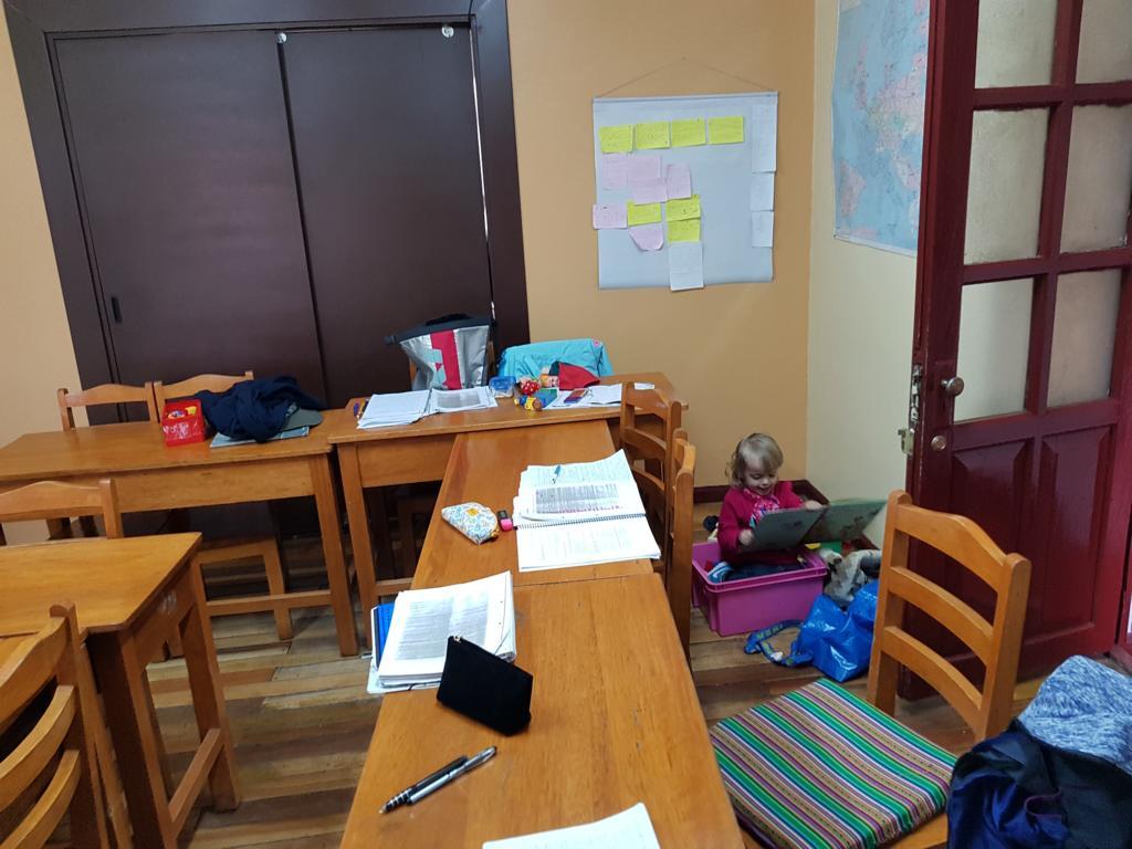 Johanna hat eine kleine Spiele- und Leseecke im Klassenzimmer.