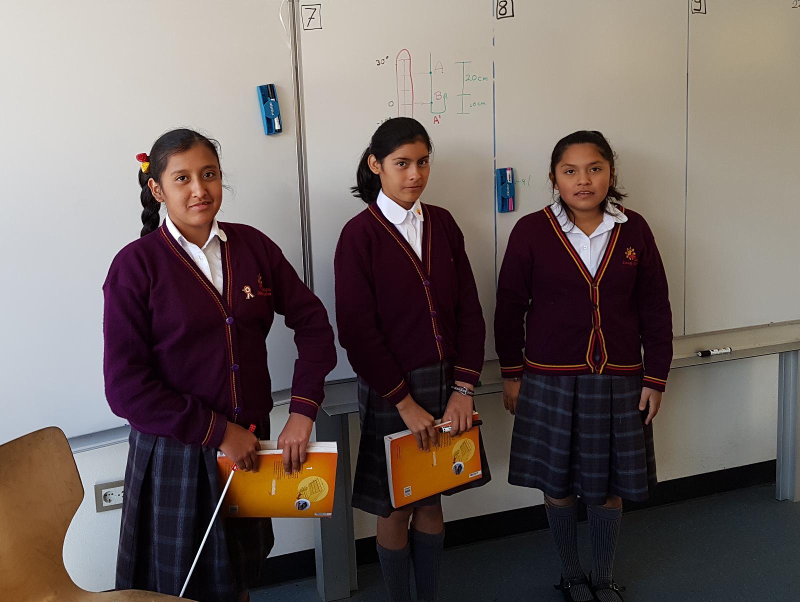 Nachdem sie eine Skizze der Aufgabe an die Tafel gemalt haben, sind die Schülerinnen nun bereit zur Aufnahme.